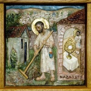 Détail d'un bas-relief réalisé par Sr Mercédès osb retraçant les vies de Jésus et du bienheureux Charles de Foucauld. Abbaye Notre-Dame des Neiges.